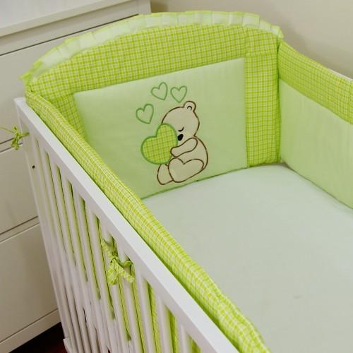 Zielony ochraniacz do łóżeczka z haftem Misia z sercem
