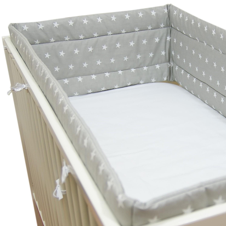 Szary ochraniacz do łóżeczka w gwiazdki